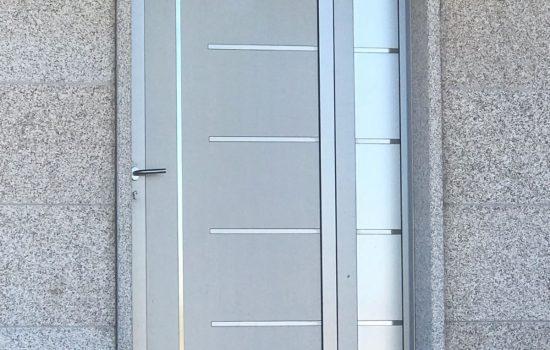 Puerta con panel detalles inox Tombrio